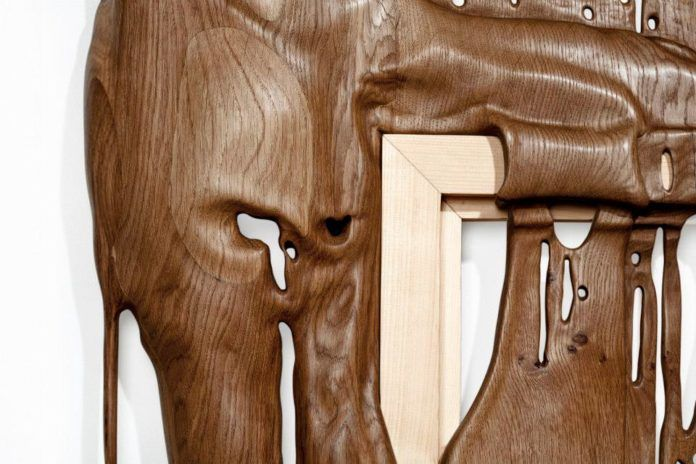 A close up of the contrast between two different types of wood in a Bonsoir Paris melting wood sculpture